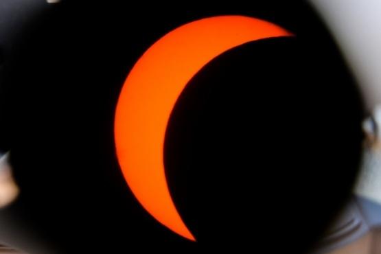 El eclipse de sol se pudo ver en vivo desde el Centro Astronómico