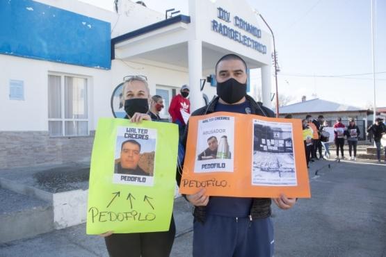 Los padres de la víctima en la puerta del Comando Radioeléctrico. (Foto archivo)