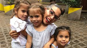 Cinthia junto a sus hijas.