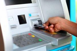 Olvidó la tarjeta en el cajero y se la usaron para comprar por 60 mil pesos