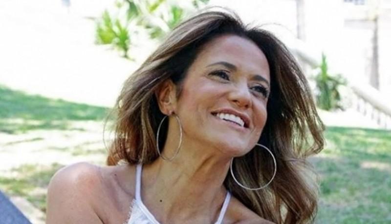 Fernanda Callejón apostó por escotazo y pollera dorada