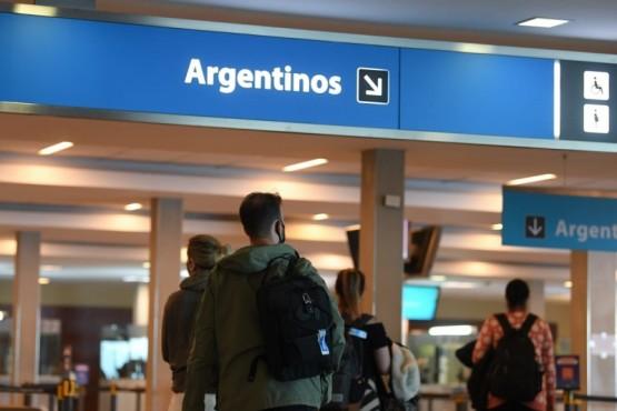 Argentinos que regresen del exterior podrán optar entre PCR negativo o cuarentena