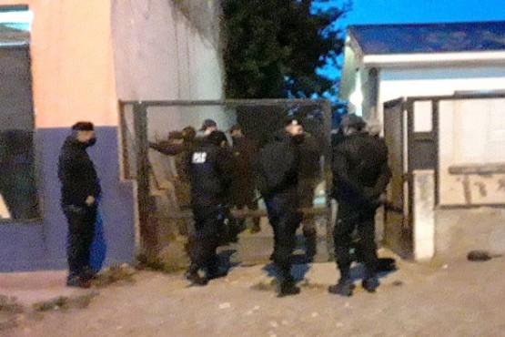 Los hombres fueron aprehendidos por el personal policial.
