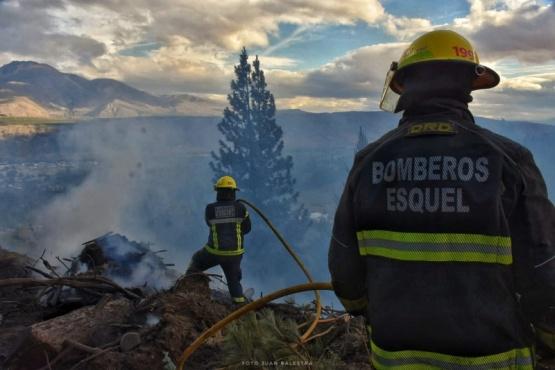 Esquel| Bomberos debieron intervenir en el incendio de una hectárea de pinos y matorrales