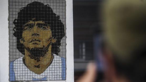 Descubrieron un mosaico en homenaje a Diego Maradona