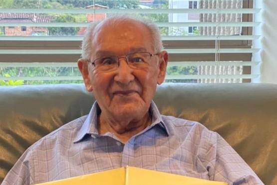 Tiene 104 años, presentó su tesis doctoral y resolvió un enigma de casi dos siglos