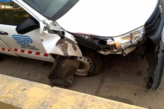 La camioneta finalizó con la parte frente derecha destruida. (Foto: El Socavón)