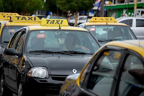 El presunto autor de cortarle el cuello a una joven fue denunciado por un taxista.