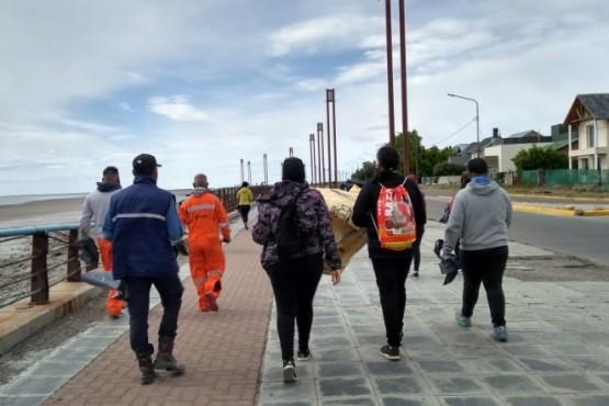 Vecinos de Río Gallegos realizan una limpieza de la Reserva Costera Urbana en el Día del Voluntario (Foto Quiero un Río Gallegos Limpio).
