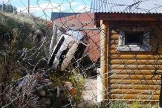 Estacionó el auto en una pendiente y terminó en el patio de una vivienda