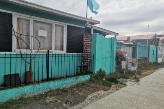 Bandera Argentina izada en un barrio de Punta Arenas. (El Pingüino)