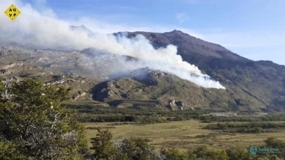 Santa Cruz  Trabajan para sofocar incendio en bosques de cañadón del Río Oro