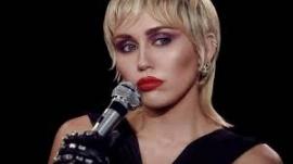 Miley Cyrus llora la muerte de su perrita Mary Jane tras casi 10 años juntas