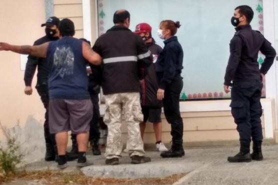 La policía habla con una de las partes de la pelea. (Foto: C.G.)