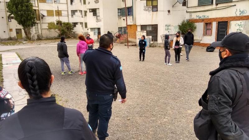Policía y Bienestar animal en el lugar.