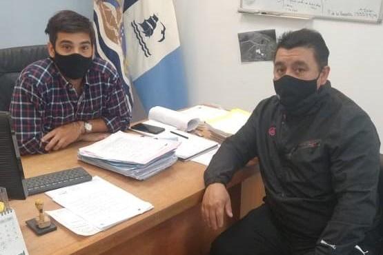 Jaime Ojeda junto a Lucas Otín en una dependencia del Municipio.
