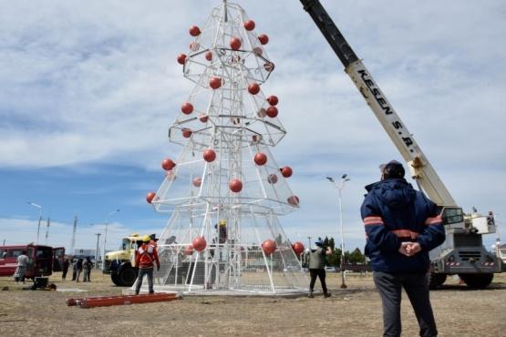 El árbol navideño se ha compuesto del armado de cinco estructuras metálicas, las cuales se han fabricado íntegramente en los talleres de herrería del municipio con la planificación y dirección de empleados de la municipalidad de Río Gallegos.