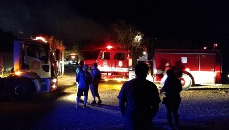 El incendio sobre el invernadero inició minutos antes de la medianoche. (Christian González)
