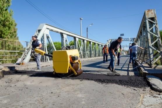 """El municipio de Rawson restauró el pavimento sobre el """"Puente del Poeta"""""""