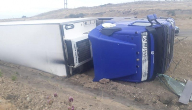 Esquel| Camión volcó por esquivar baches