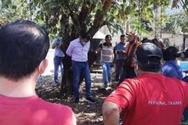 Ataron a un árbol y golpearon a un intendente por no cumplir sus promesas