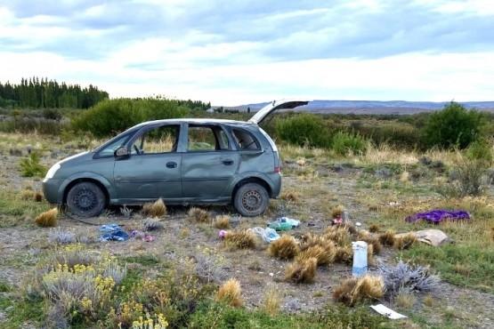 El rodado terminó con importantes daños materiales tras volcar a la vera de la Ruta Nacional N° 40.