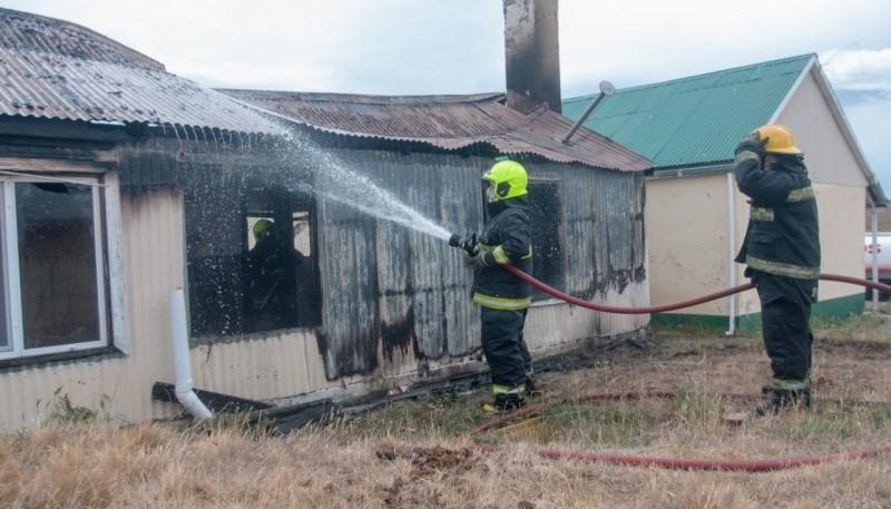El personal bomberil procedió a apaciguar las llamas.