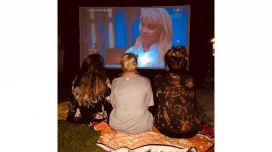 La familia viendo el programa.