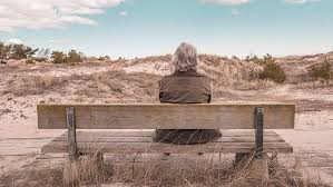 Una mujer abandonó a su madre anciana en un baldío