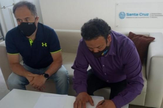 El Intendente de El Chaltén, Néstor Ticó, recibió ayer del secretario de Deportes provincial, Martín López, las llaves de la Planta Estable.