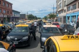 """Río Gallegos  Taxistas marcharon contra el transporte """"trucho"""""""