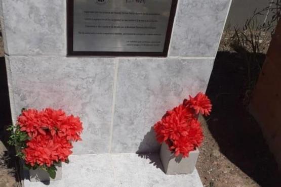 Sacaron la placa conmemorativa.