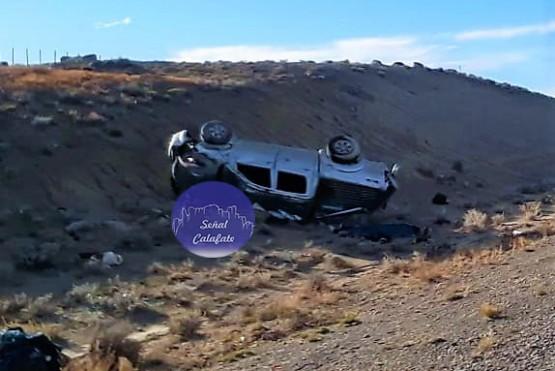 La Toyota Hilux volcada (Foto: Señal Calafate)