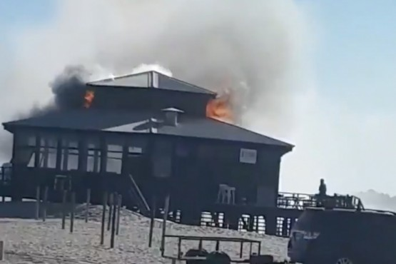 Voraz incendio en un parador en Pinamar