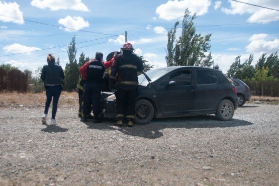 El vehículo siendo atendido por los bomberos.