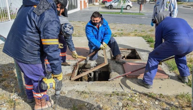 Río Gallegos  Trabajadores anulan cámara de pluvial que ya no era utilizada