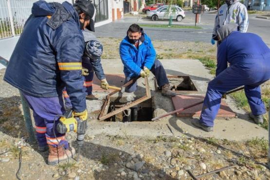 Río Gallegos| Trabajadores anulan cámara de pluvial que ya no era utilizada