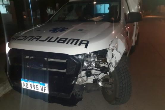 Una ambulancia chocó una vaca en plena ruta