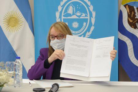 Alicia firmando el convenio.