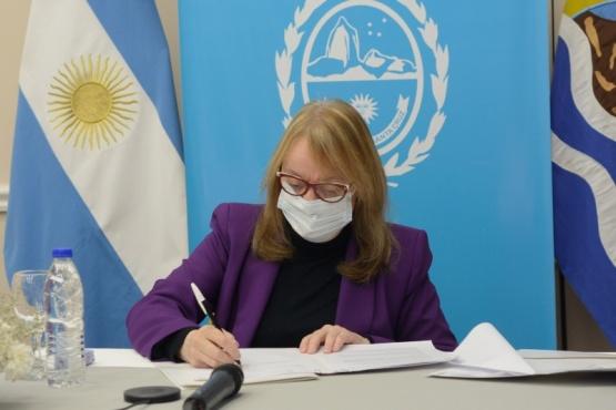 Alicia en la firma de convenios con Ferraresi.