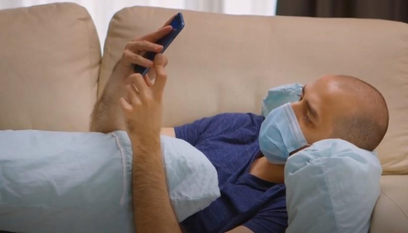 Asisten vía WhatsApp a personas solas e incluso familias enteras que transitan el virus