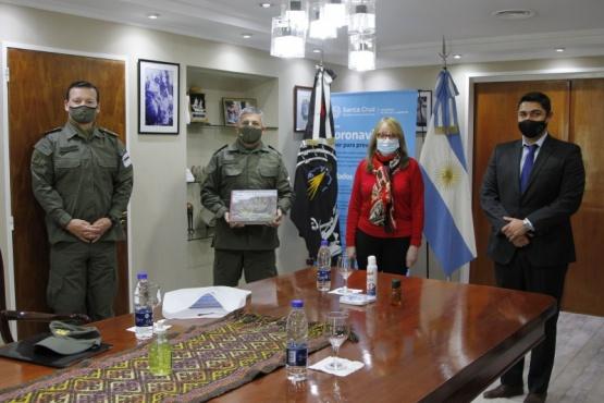 Alicia junto a autoridades de Gendarmería.