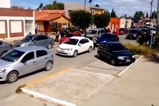 Los vecinos salieron a las calles en auto o a pie.
