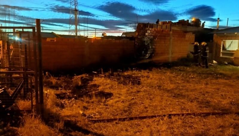 Bomberos sofocaron el fuego y evitaron que se extendiera. (Foto: C.G.)