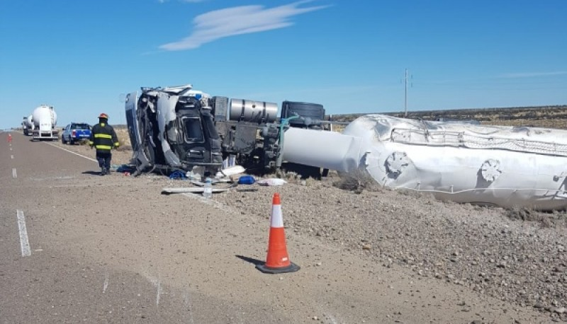 El camión quedó volcado a la vera de la ruta.