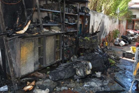El garaje de la casa quedó destruido por el fuego. (Foto: C.R.)