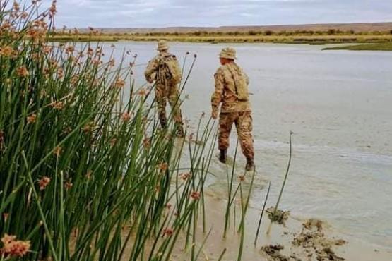 Efectivos del Ejército rastrillan la orilla del río.