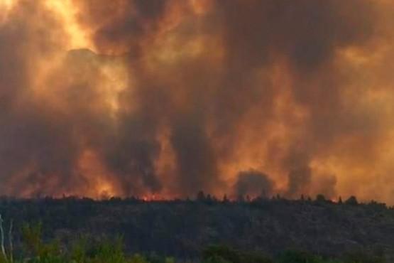 Refuerzan el apoyo para combatir el incendio y declaran el estado de emergencia
