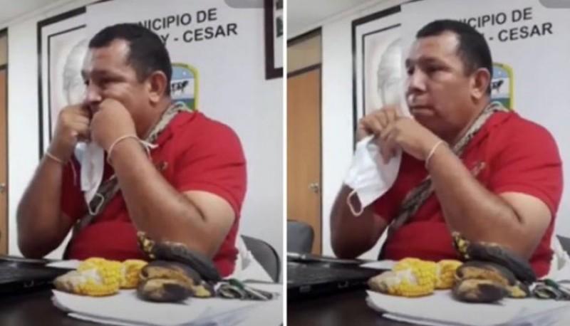 Un político usó el elástico del barbijo como hilo dental