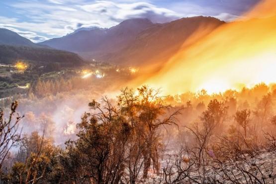 El incendio en El Bolsón continúa activo y preocupa el avance hacia una zona poblada